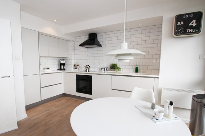 01-white-matt-satin-lacquer-handleless-kitchen